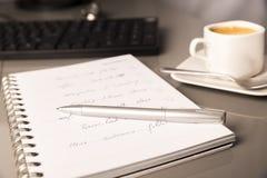 Lugar de trabajo de la oficina con el ordenador imagen de archivo libre de regalías