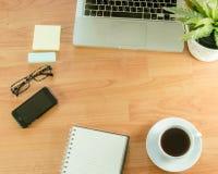 Lugar de trabajo de la oficina con el ordenador portátil fotos de archivo
