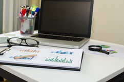 Lugar de trabajo de la oficina con el ordenador portátil foto de archivo
