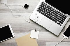 Lugar de trabajo de la oficina con el ordenador portátil, la tableta y el smartphone Imágenes de archivo libres de regalías