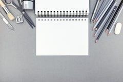 Lugar de trabajo de la oficina con la hoja de papel vacía, lápices, borrador, sharpe Fotografía de archivo