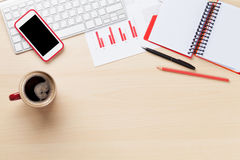 Lugar de trabajo de la oficina con las cartas, el café y la libreta Fotografía de archivo