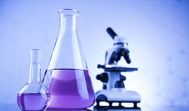 Lugar de trabajo de laboratorio con el microscopio y la cristalería Fotos de archivo libres de regalías