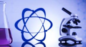 Lugar de trabajo de laboratorio con el microscopio y la cristalería Imagen de archivo
