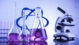 Lugar de trabajo de laboratorio con el microscopio y la cristalería Fotografía de archivo libre de regalías