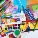 Lugar de trabajo de las ilustraciones con los accesorios creativos, las herramientas del arte para pintar y el dibujo Fotos de archivo libres de regalías