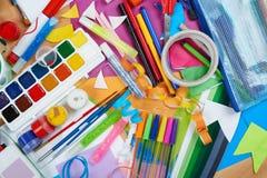 Lugar de trabajo de las ilustraciones con los accesorios creativos, las herramientas del arte para pintar y el dibujo Imágenes de archivo libres de regalías