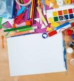 Lugar de trabajo de las ilustraciones con los accesorios creativos, las herramientas del arte para pintar y el dibujo Foto de archivo libre de regalías