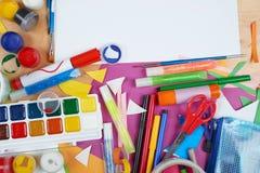 Lugar de trabajo de las ilustraciones con los accesorios creativos, las herramientas del arte para pintar y el dibujo Imagen de archivo libre de regalías
