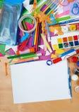 Lugar de trabajo de las ilustraciones con los accesorios creativos, las herramientas del arte para pintar y el dibujo Imagenes de archivo