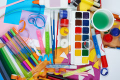 Lugar de trabajo de las ilustraciones con los accesorios creativos, las herramientas del arte para pintar y el dibujo Imagen de archivo
