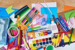 Lugar de trabajo de las ilustraciones con los accesorios creativos, las herramientas del arte para pintar y el dibujo Foto de archivo