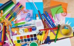 Lugar de trabajo de las ilustraciones con los accesorios creativos, las herramientas del arte para pintar y el dibujo Fotografía de archivo