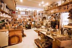 Lugar de trabajo de un artista con el lío de cepillos y la variedad de herramientas en galerie Fotografía de archivo libre de regalías