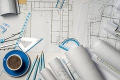 Lugar de trabajo del arquitecto - rollos y planes foto de archivo