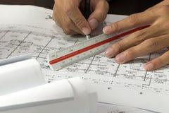 Lugar de trabajo del arquitecto - rollos y planes del arquitecto arquitectónico imagen de archivo