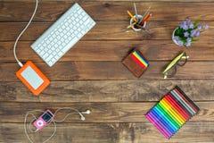Lugar de trabajo del artista en el escritorio de madera natural con los marcadores Fotografía de archivo