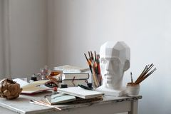 Lugar de trabajo del artista independiente con la opinión superior abierta del sketchbook Imagen de archivo libre de regalías