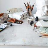 Lugar de trabajo del artista independiente con la opinión superior abierta del sketchbook Imagen de archivo