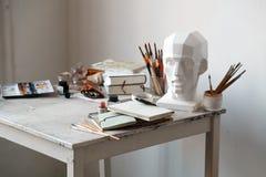 Lugar de trabajo del artista independiente con la opinión superior abierta del sketchbook Fotos de archivo libres de regalías