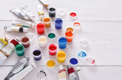 Lugar de trabajo del artista, sistema de pinturas del color en el escritorio de madera Foto de archivo libre de regalías