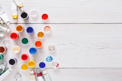 Lugar de trabajo del artista, sistema de pinturas del color en el escritorio de madera Imagen de archivo