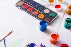 Lugar de trabajo del artista, sistema de pinturas del color en el escritorio de madera Fotos de archivo