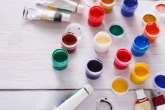 Lugar de trabajo del artista, sistema de pinturas del color en el escritorio de madera Fotografía de archivo