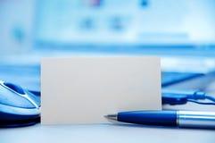 Lugar de trabajo del asunto y tarjeta en blanco Fotografía de archivo libre de regalías