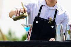 Lugar de trabajo del camarero camarero en la barra del abastecimiento de la calle prepar Fotos de archivo