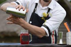 Lugar de trabajo del camarero camarero en la barra del abastecimiento de la calle prepar Fotografía de archivo libre de regalías
