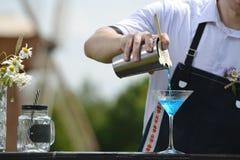 Lugar de trabajo del camarero camarero en la barra del abastecimiento de la calle prepar Fotografía de archivo