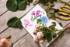 Lugar de trabajo del decorador, florista Sketch de la flor Imagen de archivo
