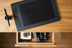 Lugar de trabajo del diseñador con la materia del viaje en cajón imagen de archivo libre de regalías