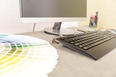 Lugar de trabajo del diseñador gráfico Muestras y ordenador de la muestra del color Imágenes de archivo libres de regalías