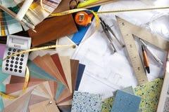 Lugar de trabajo del diseñador interior del escritorio del arquitecto Fotos de archivo libres de regalías