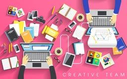 Lugar de trabajo del equipo creativo en plano Fotos de archivo