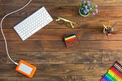 Lugar de trabajo del escritorio de madera de Natural del diseñador con el disco duro Fotos de archivo libres de regalías