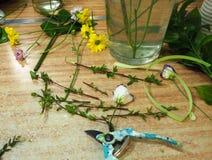 Lugar de trabajo del florista con las tijeras y las flores fotos de archivo