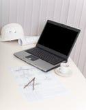 Lugar de trabajo del ingeniero con la computadora portátil Imagen de archivo libre de regalías
