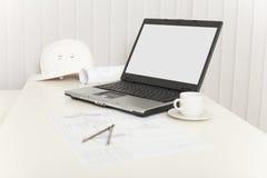 Lugar de trabajo del ingeniero - diseñador con la computadora portátil Imagenes de archivo