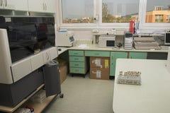 Lugar de trabajo del laboratorio de la microbiología con vista agradable Imagen de archivo