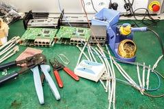 Lugar de trabajo del montaje del equipo de la electrónica Imagen de archivo libre de regalías