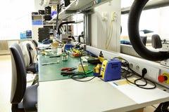 Lugar de trabajo del montaje del equipo de la electrónica Imagenes de archivo