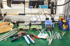 Lugar de trabajo del montaje del equipo de la electrónica Foto de archivo libre de regalías