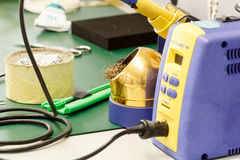 Lugar de trabajo del montaje del equipo de la electrónica Imágenes de archivo libres de regalías