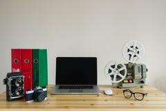 Lugar de trabajo del negocio con el ordenador portátil y objetos retros en la tabla de madera Imagenes de archivo