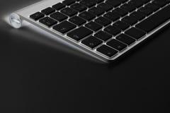 Lugar de trabajo del negocio con el teclado inalámbrico del ordenador en fondo de la tabla Escritorio de oficina con el espacio d Imagen de archivo libre de regalías