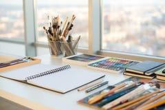 Lugar de trabajo del pintor en vista lateral de la orden Escritorio del diseñador con el equipo de dibujo Estudio casero para el  imagenes de archivo
