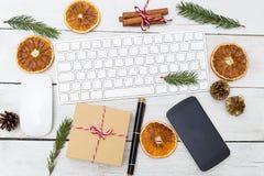 Lugar de trabajo del ` s del Año Nuevo con las decoraciones de la Navidad Endecha plana Imagenes de archivo
